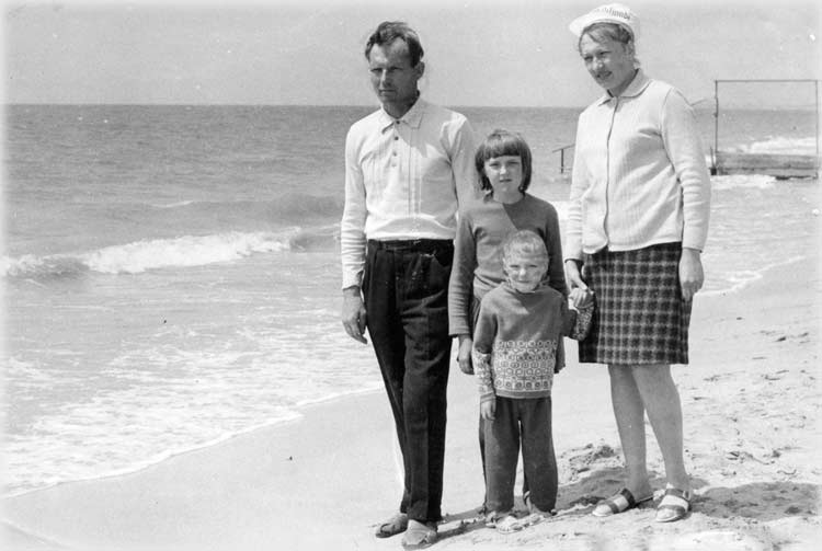 4	Soviet family - a cell of Soviet society, a joint trip to the sea, only strengthens it, and therefore a socialist system! Baltic Sea - a holiday, the sea - it's great, Comrade ezdi sea, Comrade promote health!
